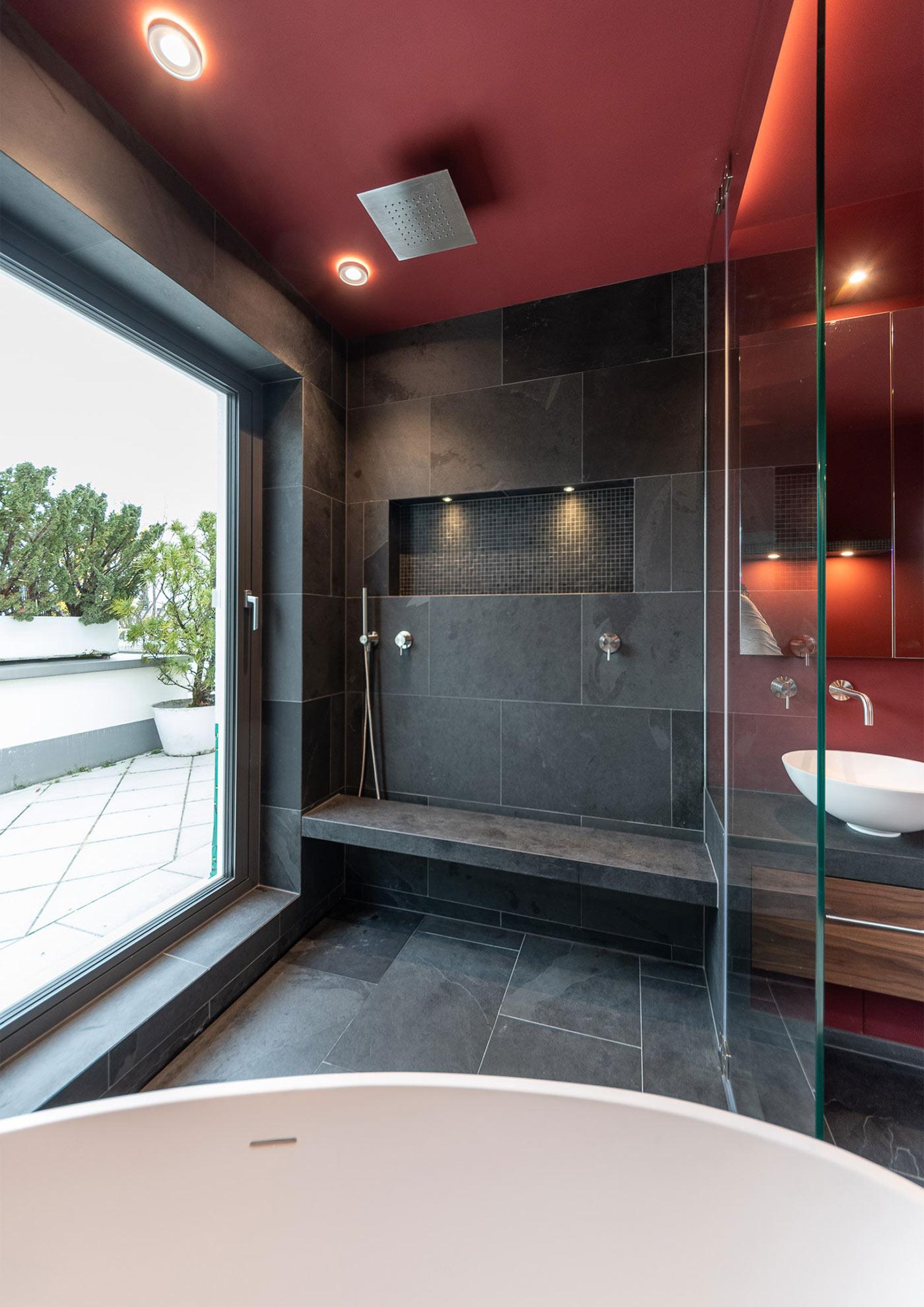 Sitzbank in Dusche