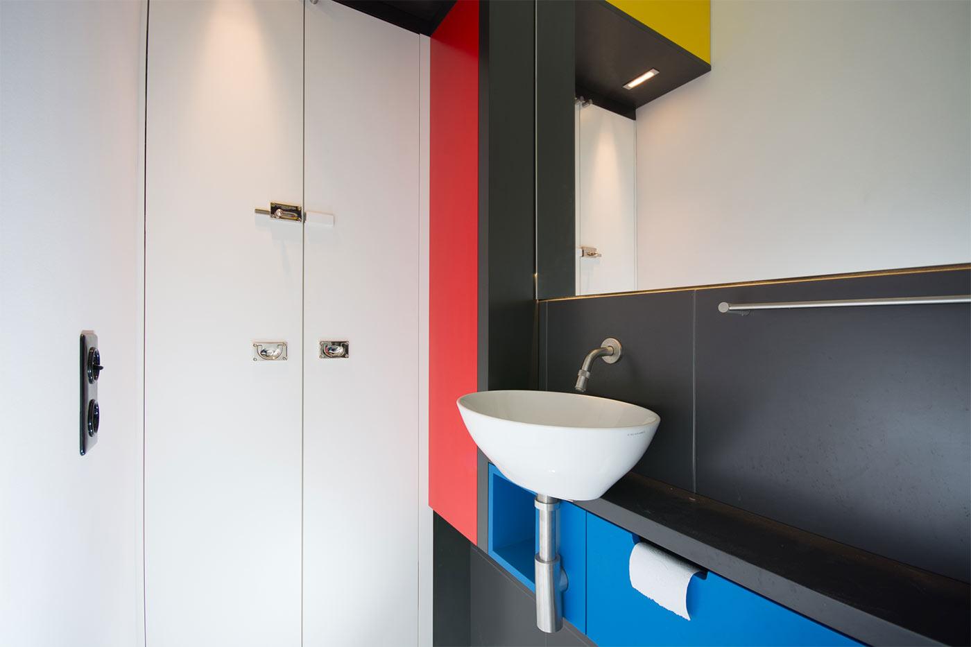 WC-Rollenspender im Möbel integriert